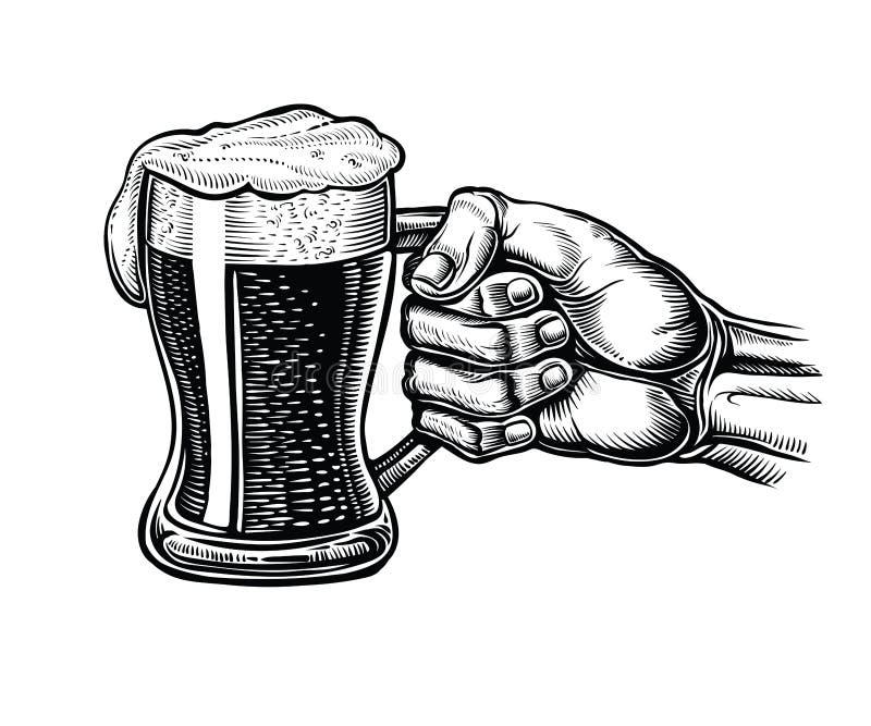 Den manliga handen som rymmer ett exponeringsglas, rånar av öl Illustration för vektortappninggravyr royaltyfri illustrationer