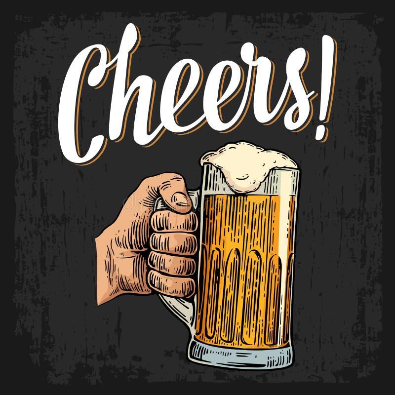 Den manliga handen som rymmer ett fullt öl, rånar med skum royaltyfri illustrationer