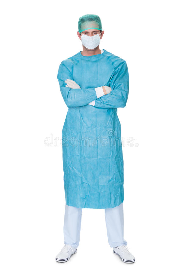 Den manliga kirurgen skurar in likformign arkivbilder