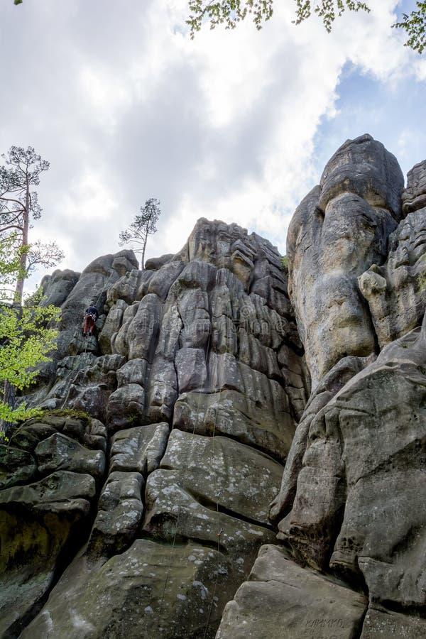 Den manliga klättrareklättringen vaggar arkivfoton