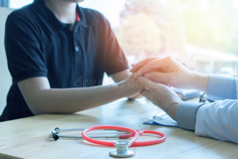 Den manliga läkaren, bröstcancerlägerledare, vanlig läkarbehandling, sund övning, medicinskt sunt begrepp fotografering för bildbyråer