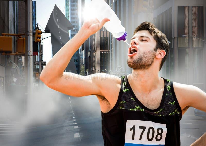 Den manliga löparen som dricker på pil, formade vägen på gatan royaltyfria bilder