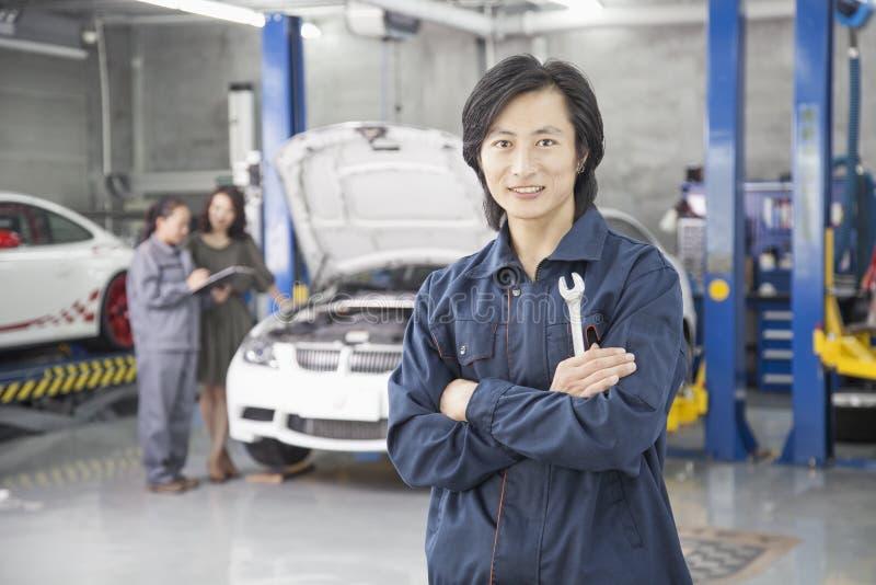 Den manliga mekanikern i auto reparation shoppar royaltyfria bilder