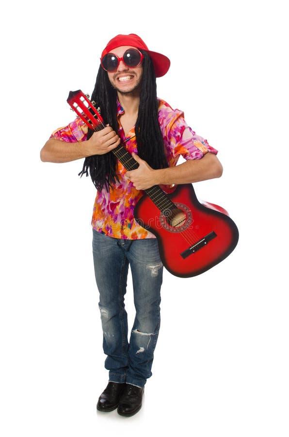Den manliga musikern med gitarren som isoleras på vit royaltyfri bild