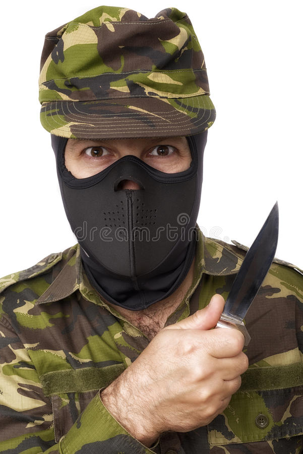 Den manliga självförsvarinstruktören med kamouflage gör ett självförsvar arkivfoto