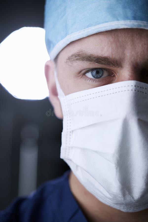 Den manliga sjukvårdarbetaren skurar in det head skottet, den kantjusterade lodlinjen arkivbild