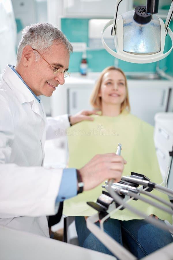 Den manliga tandläkaren börjar att arbeta royaltyfri bild