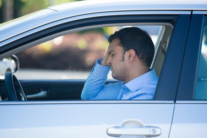 Den Mann fahren gestört und im Auto betont stockfotografie