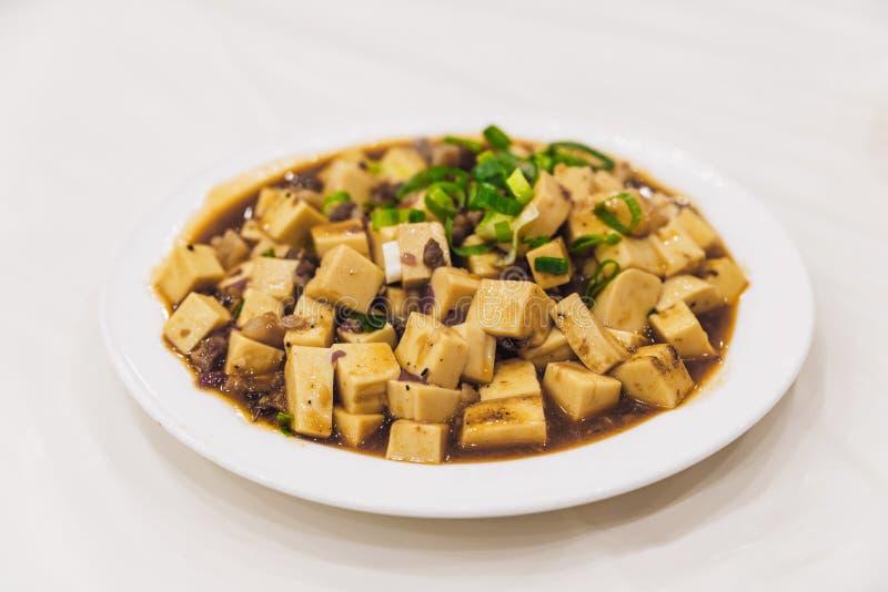 Den Mapo tofuen är en populär kinesisk maträtt från det Sichuan landskapet Det består av tofuuppsättning i en kryddig sås med fin fotografering för bildbyråer