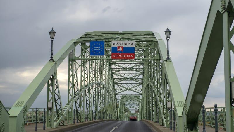 Den Maria Valeria bron som sammanfogar Esztergom i Ungern och Sturovo i Slovakien, över flodDonauen royaltyfria bilder