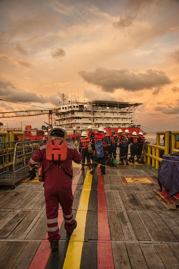 Den marin- besättningen får klar under ankomst på boendearbetspråm fotografering för bildbyråer