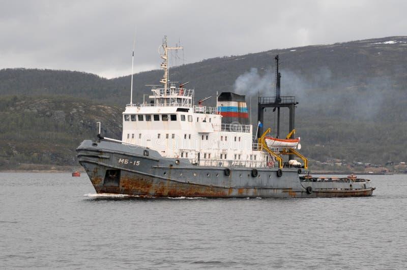 Den marin- bogserbåten seglar längs det Kola Bay vattenområdet royaltyfria foton