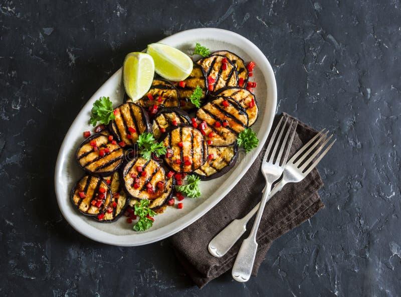 Den marinerade soya och ingefäran grillade aubergine på en mörk bakgrund, bästa sikt Läcker vegetarisk aptitretare eller mellanmå royaltyfri bild