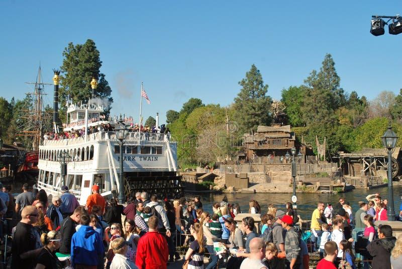 Den Mark Twain riverboaten laddade med passagerare på Disneyland, Kalifornien royaltyfria foton