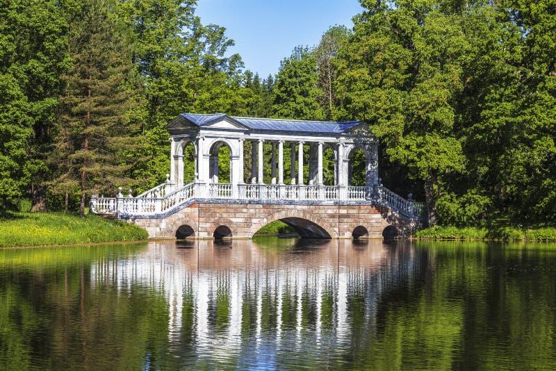 Den marmorPalladian bron i Ekaterininsky parkerar Tsarskoye Selo, Pushkin, St Petersburg royaltyfri bild