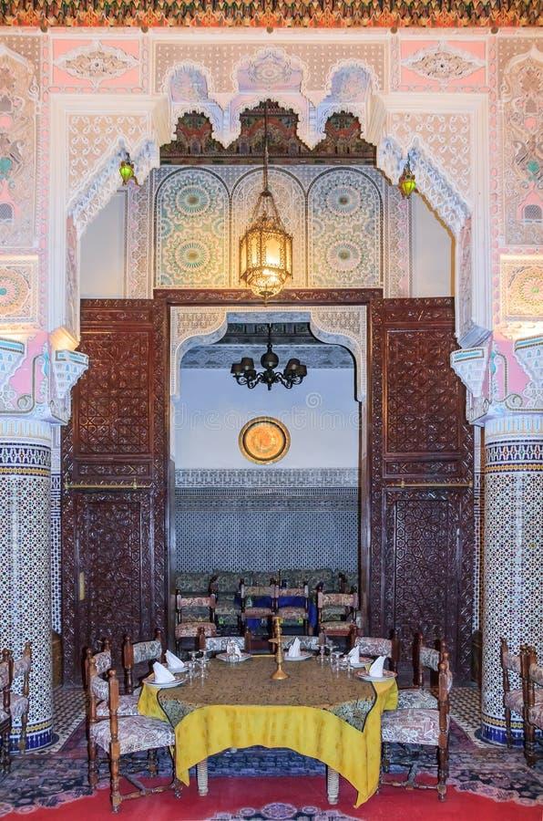 Den marockanska restaurangen dekorerade med mosaiken och carvings i Fes royaltyfri bild