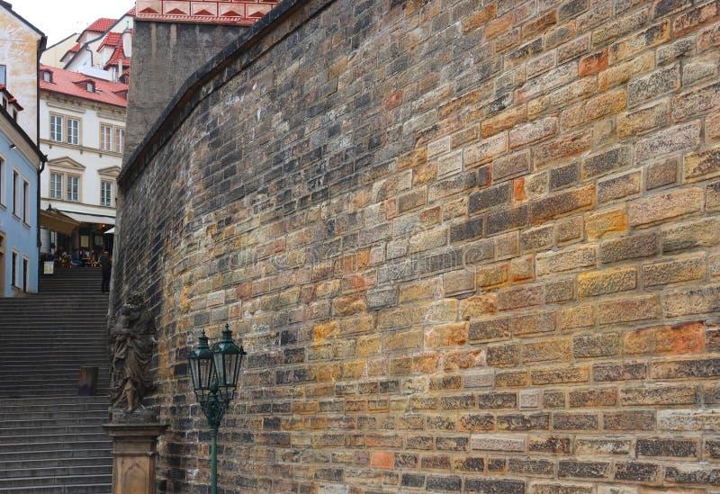 Den massiva väggen i Prague royaltyfria bilder