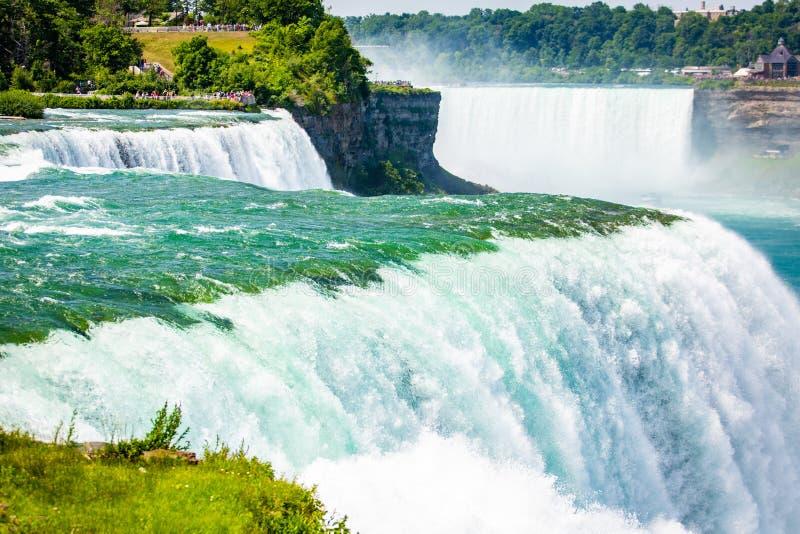 Den massiva vattenfallet applåderar tätt upp i sommar arkivfoto