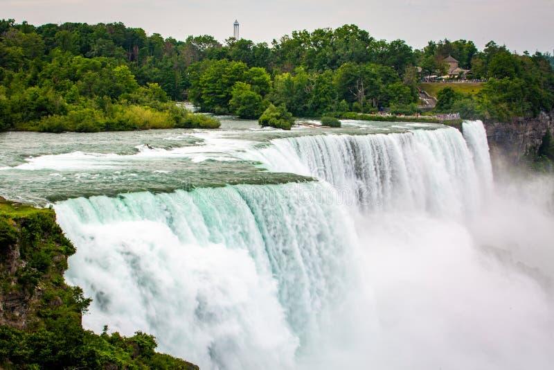 Den massiva vattenfallet applåderar tätt upp i sommar arkivbild