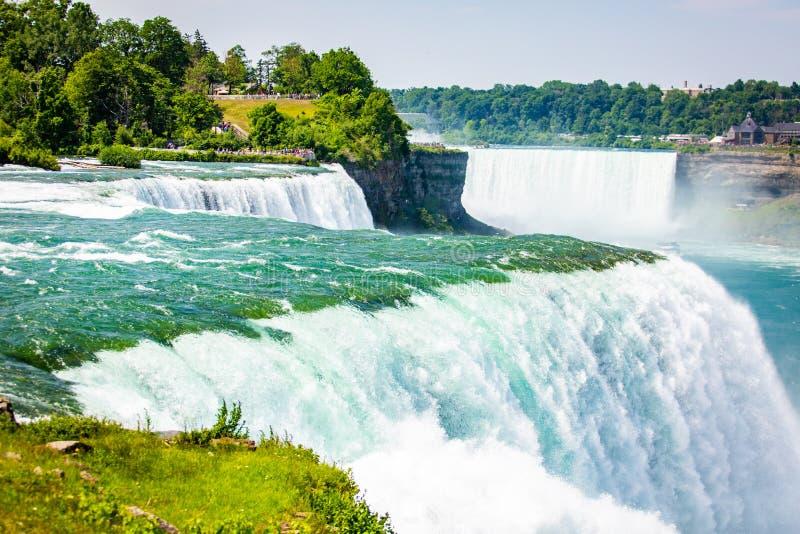 Den massiva vattenfallet applåderar tätt upp i sommar royaltyfri bild