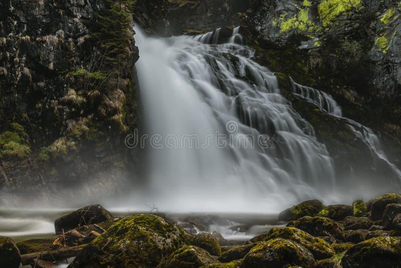 den massiva vattenfallet med vaggar framtill arkivbilder