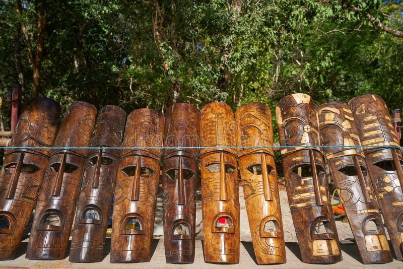 Den Mayan Chichen itzaen handcrafts wood maskeringar royaltyfri bild