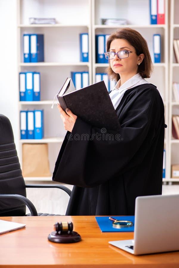Den medelåldersa kvinnliga advokaten som arbetar i domstolsbyggnad royaltyfri fotografi