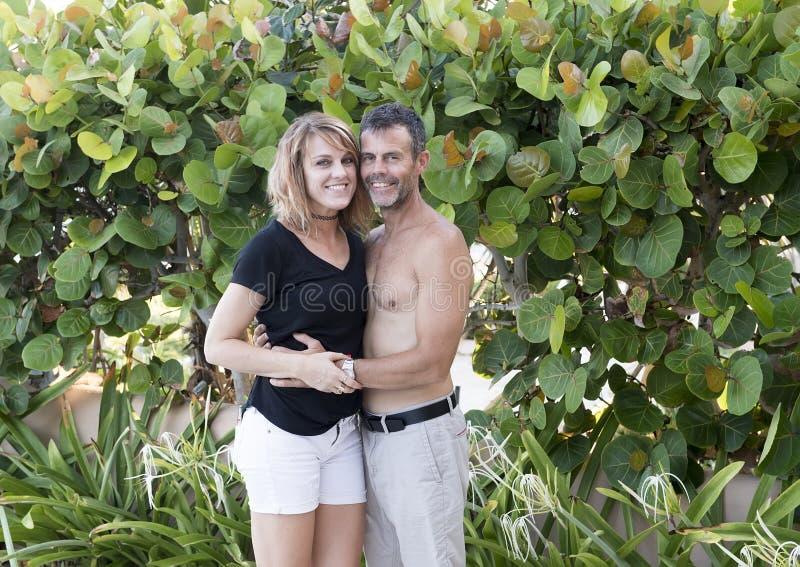 Den medelåldersa maken och frun i tillgivet poserar arkivfoton