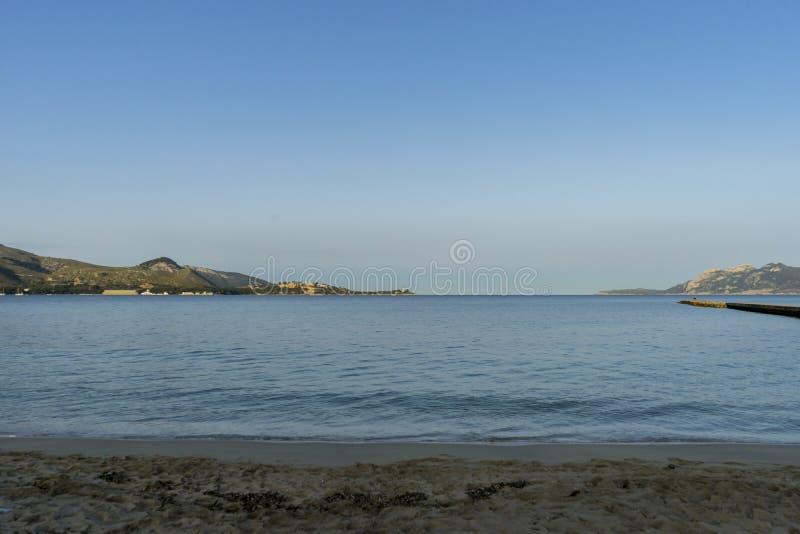 Den medelhavs- sjösidan på ön av Ibiza i Spanien, semestrar a arkivfoto