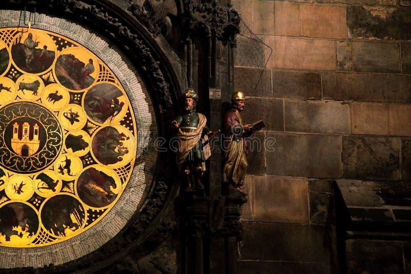 Den medeltida astronomiska klockan i den gamla stadfyrkanten i Prague royaltyfri fotografi