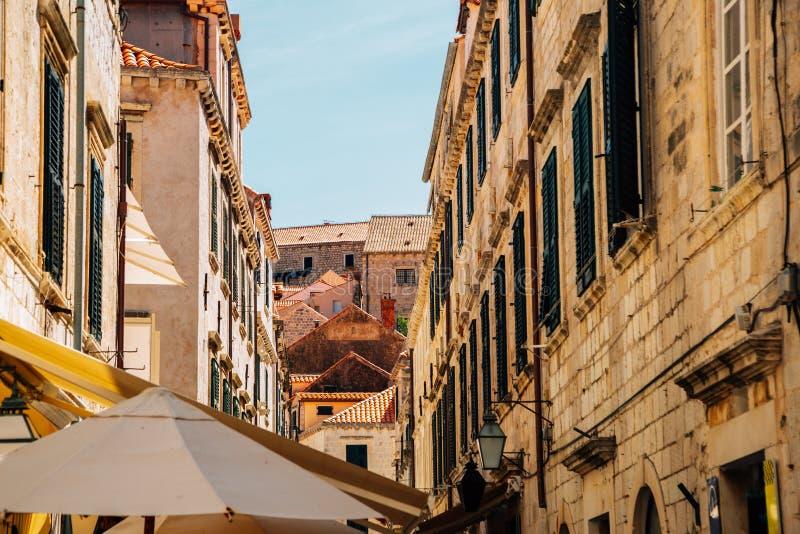 Den medeltida gamla stadsgatan i Dubrovnik, Kroatien royaltyfria bilder