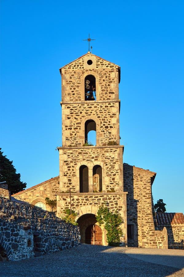 Den medeltida kyrkan med klockstapeln arkivbilder