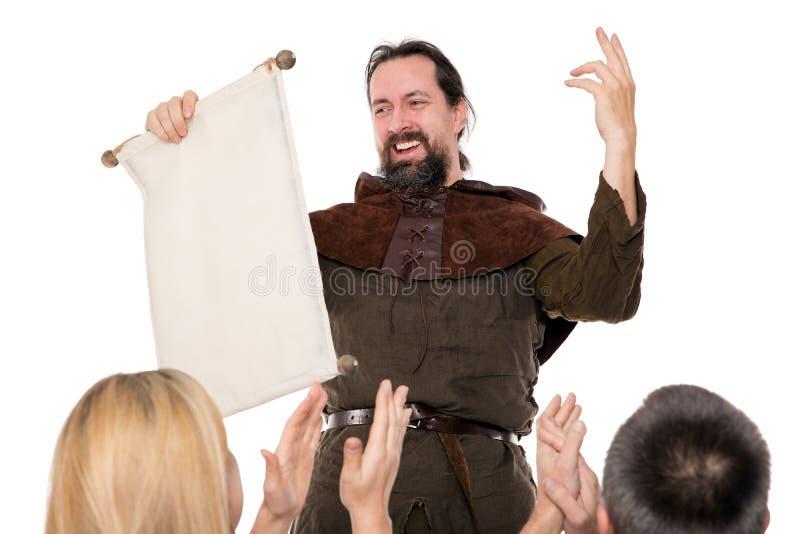 Den medeltida mannen är levererar ett anförande royaltyfri bild