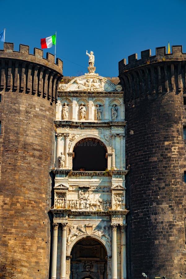 Den medeltida slotten av Maschio Angioino royaltyfri foto