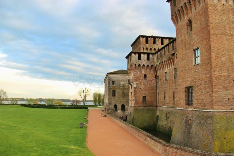 Den medeltida slotten Castello di San Giorgio i Mantua, nordliga Italien arkivfoton