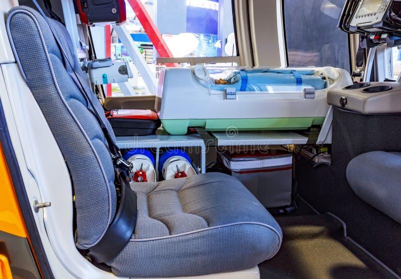 Den medicinska helikoptern med nödläge behandla som ett barn insidan för utrustning för livservice arkivbild