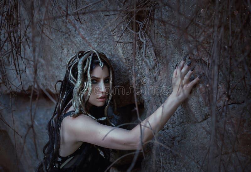 Den MedusaGorgona dottern av guden av havet, som vände från en skönhet in i ett monster, bor på en stenö arkivfoto