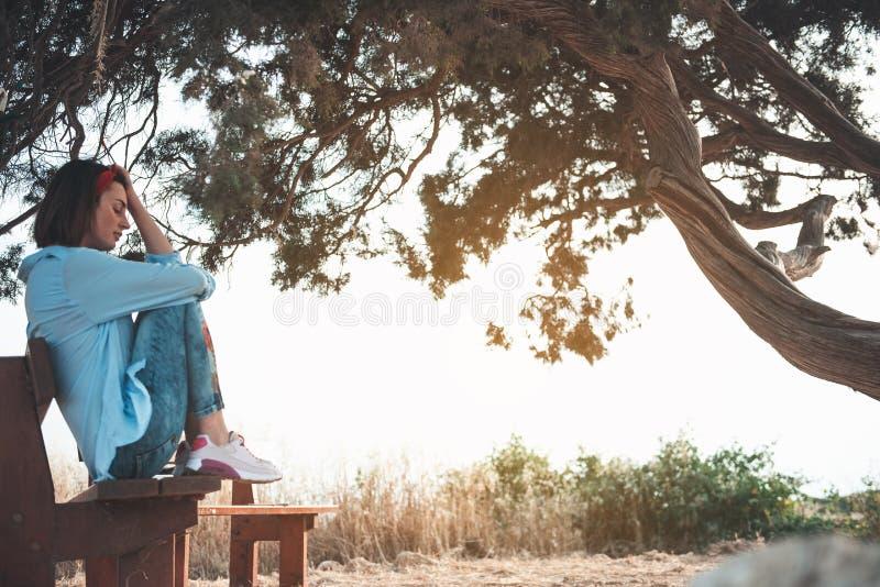Den melankoliska flickan vilar nära stora tre royaltyfri bild