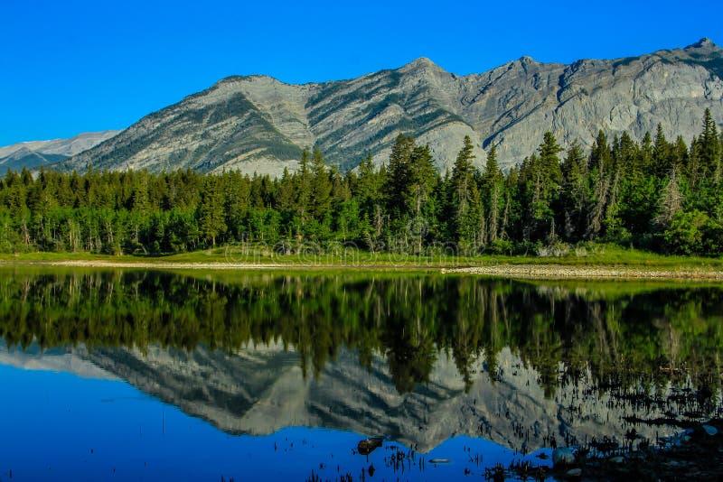 Den mellersta sjön, den provinsiella pilbågedalen parkerar, Alberta, Kanada royaltyfri fotografi