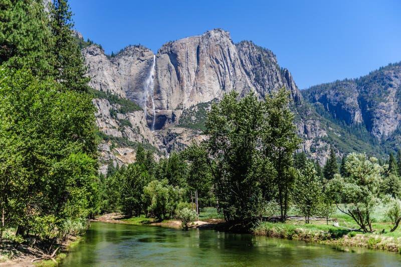 Den Merced floden och upperen Yosemite Falls royaltyfri foto
