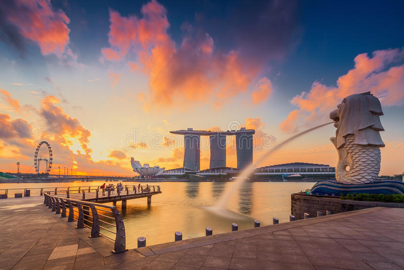 Den Merlion springbrunnen framme av det Marina Bay Sands hotellet arkivfoto