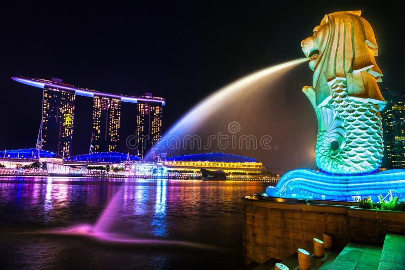 Den Merlion springbrunnen och Marina Bay Sands, Singapore. fotografering för bildbyråer