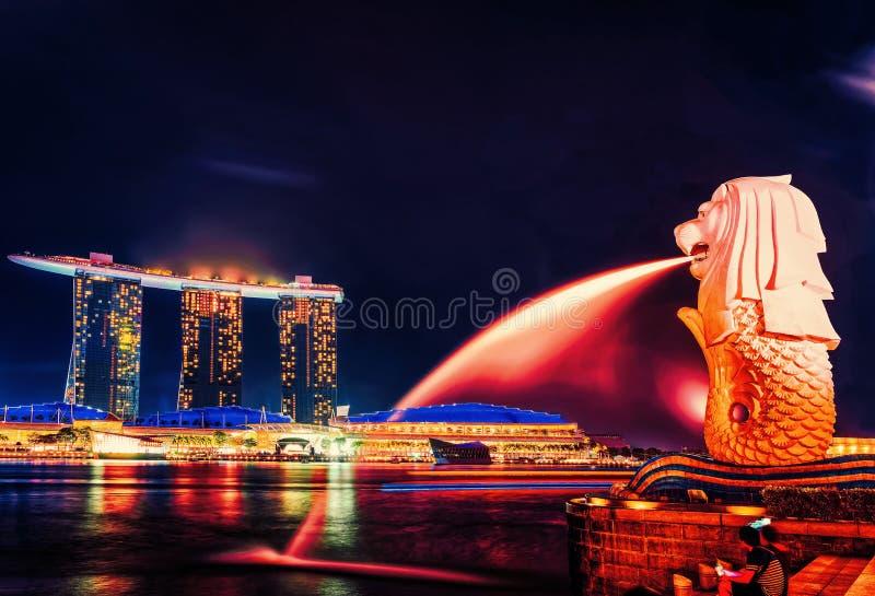 Den Merlion statyn Merlion parkerar och Marina Bay Sands på natten royaltyfria foton