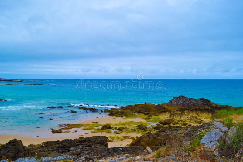 Den Meron strandplayaen de Meron i San Vicente de la Barquera, välter arkivbilder