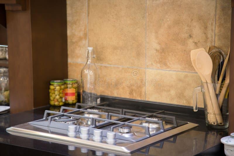 Den mest exotiska lyxiga gasugnen i det eleganta köket av splitterny arkivbilder