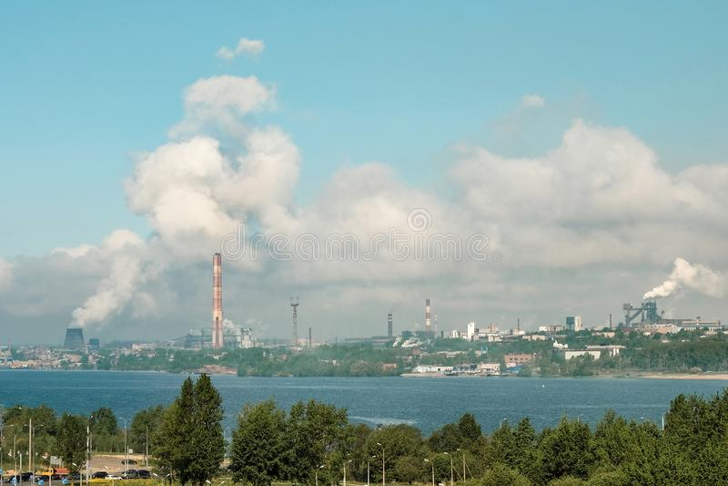 Den mest förorenade staden i Ryssland är Cherepovets Rök från rörsmogen fördunklar över staden Sikt från höjden royaltyfri bild