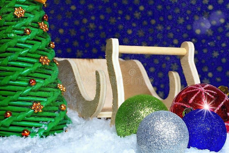 Den mest härliga kristna ferien Hälsa för jul Julgarnering med julgranbollar, den Santa Claus släden och s arkivfoto