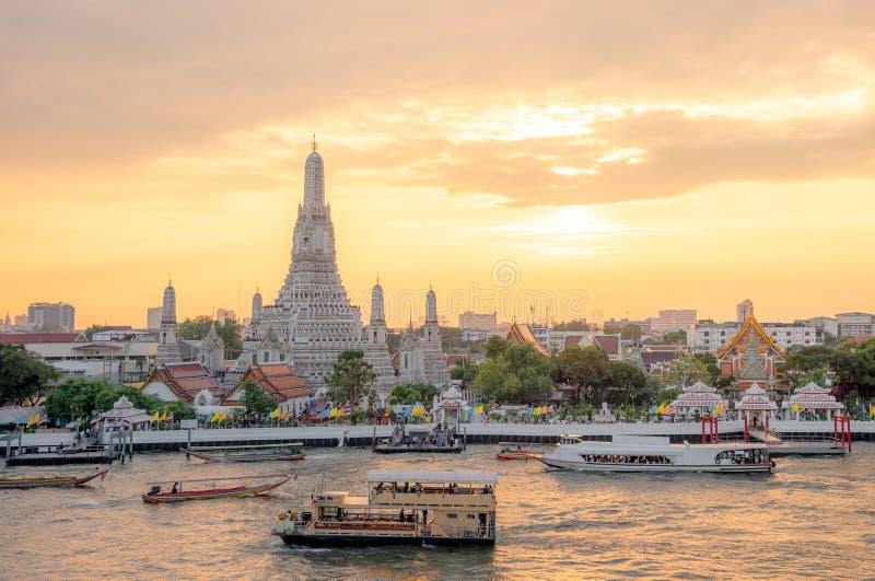 Den mest h?rliga synvinkeln Wat Arun, buddistisk tempel i Bangkok, Thailand royaltyfria bilder