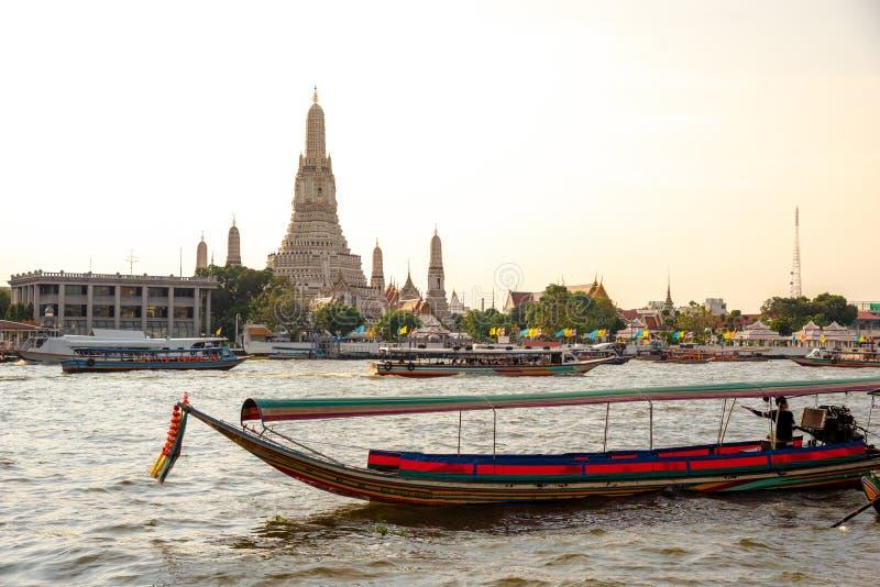 Den mest h?rliga synvinkeln Wat Arun, buddistisk tempel i Bangkok, Thailand arkivbilder
