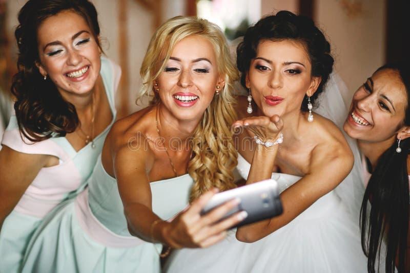 Den mest happinest bruden med brudtärnor fotografering för bildbyråer